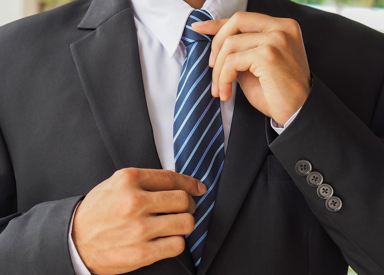 Makler mit Anzug