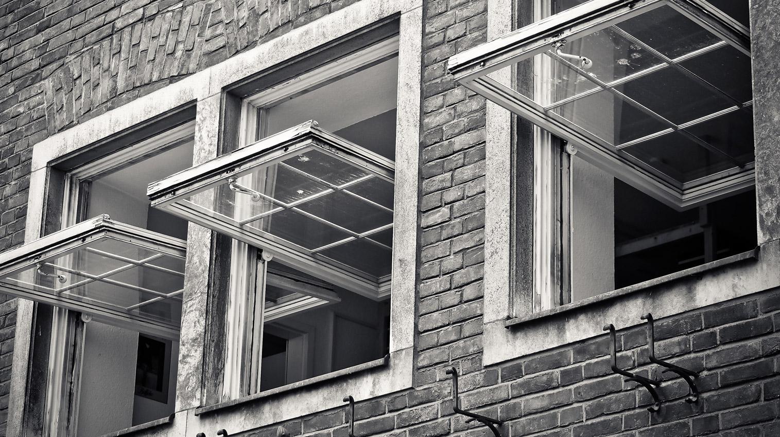Zum lüften geöffnete Fenster
