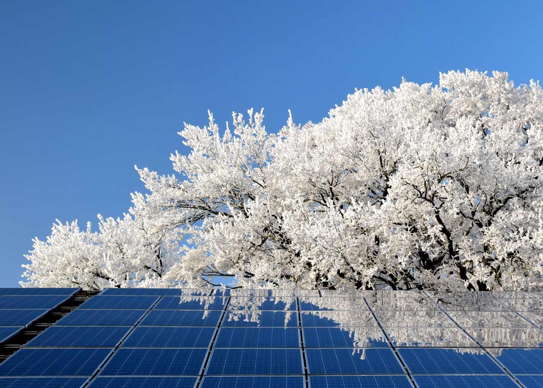 Solarzellen in Winterlandschaft