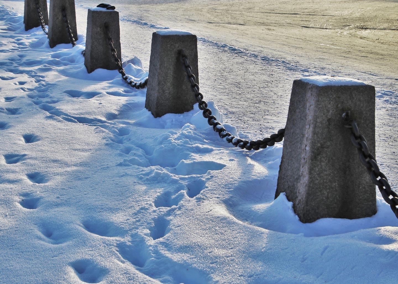 Verschneiter Weg mit Spuren