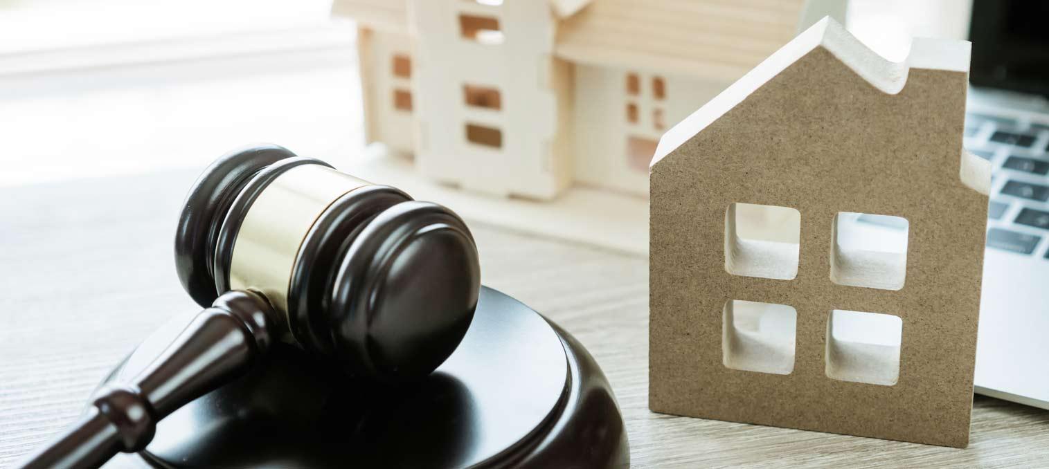 Auktionshammer und Haus bei einer Teilungsversteigerung