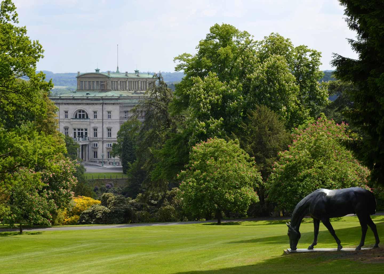 Bredeney - Villa Hügel mit Pferdeskulptur im Park