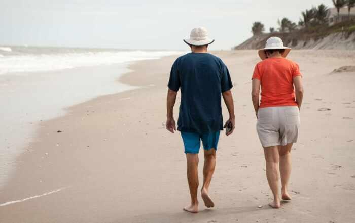Immobilienübertragung - Paar im Ruhestand am Strand
